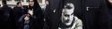 Dans une rue un manifestant porte un t-shirt