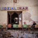 Deux vieillards discutant à la terrasse d'un café idéal