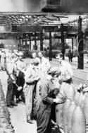 Image femmes fabriquant des obus économie de pandémie économie de guerre WW1 War Economy« Nous sommes en guerre. » Vraiment ? Contrairement à une croyance répandue, les économies de guerre ne sont pas des parenthèses dans le temps, elles sont transformatrices et emportent des conséquences de long terme. À ce titre, il faut avoir en tête les leçons du passé pour appréhender cette « économie de pandémie » que nous vivons. Un bref essai d'histoire économique.
