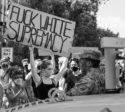 Photo manifestante antiraciste pancarte mouvement Black Lives Matter BLM white supremacists slogan affaire George Floyd Minneapolis Ce que l'Amérique noire signifie pour l'Europe suprémacistes racisme USA Trump postcolonialsme colonialisme populisme colonial justice droit de l'homme égalité police