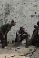 Image Africains réparation mécanique dans la rue Abidjan Olivier Vallée Métropoles décalées ethnographie Afrique développement villes urbanité africaine société culture tribale localisme pouvoir anthropologie Côte d'Ivoire Abidjan