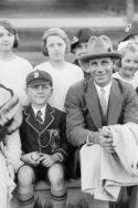 Portrait de famille avec un garçon en uniforme, vers les années 1930